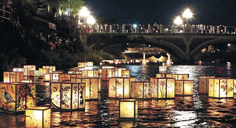 水面を流れ、川を彩る燈ろう=金沢市の浅野川