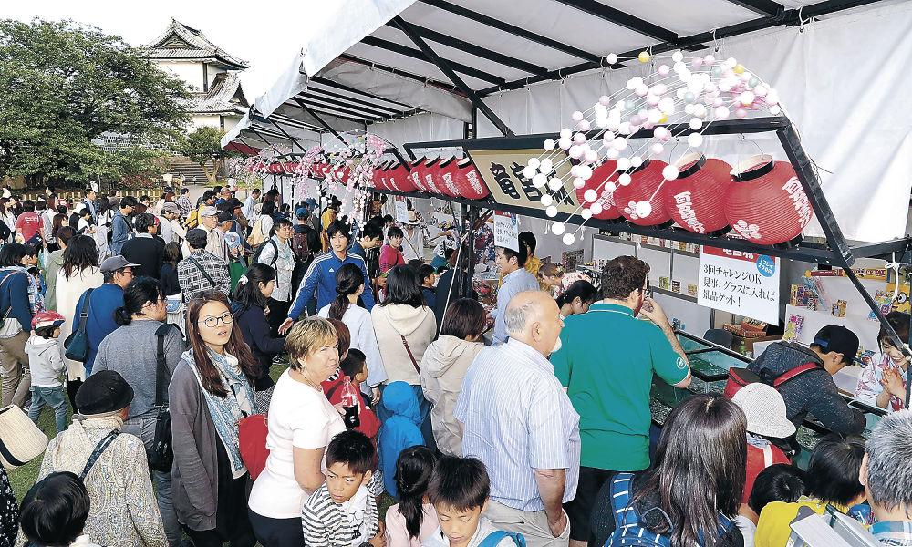 観光客や家族連れでにぎわった「盆正月」=金沢城公園三の丸広場
