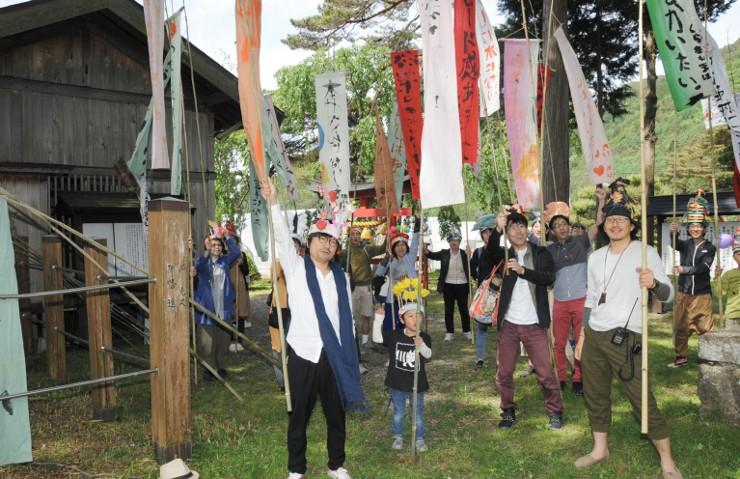 オープニングイベントの出発点となった旗挙八幡宮。参加者たちが気勢を上げた