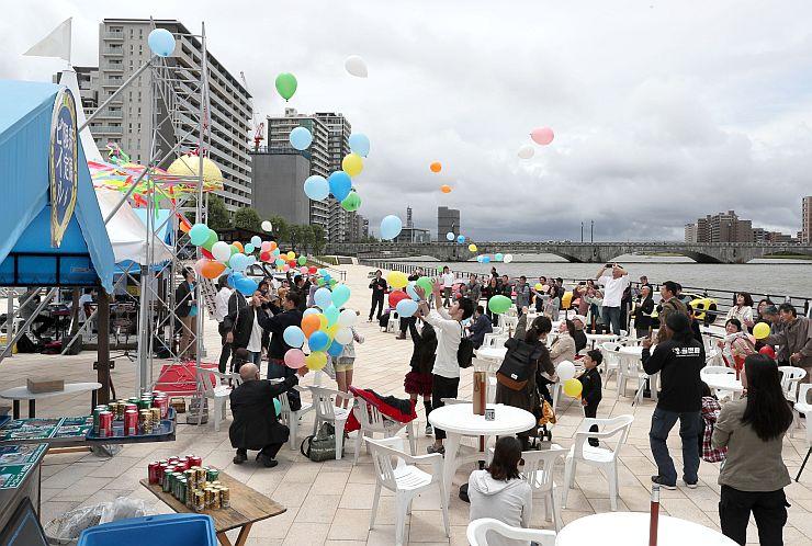 サンセットカフェのオープンを祝ったイベント=3日、新潟市中央区