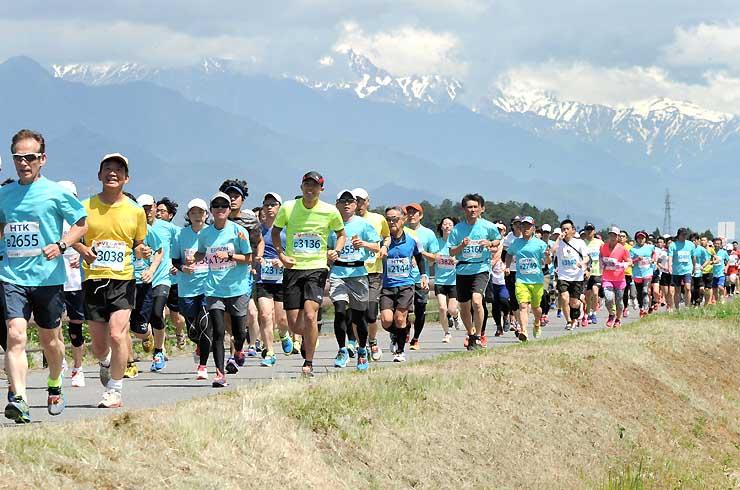 北アルプスを背に、ランナーが爽やかな汗を流した信州安曇野ハーフマラソン=4日、安曇野市