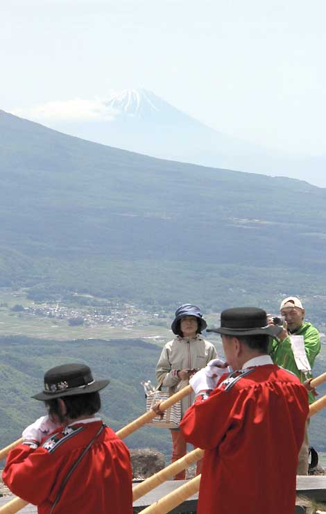 富士山を望む車山山頂ではアルプホルンの演奏もあった
