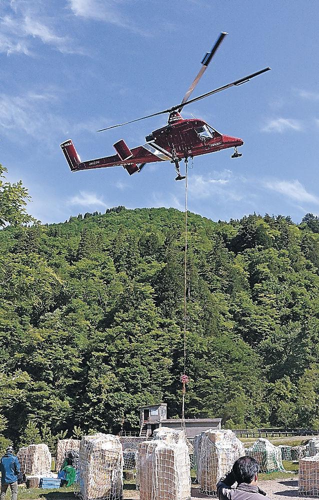 物資を白山・室堂へ運ぶヘリコプター=白山市白峰