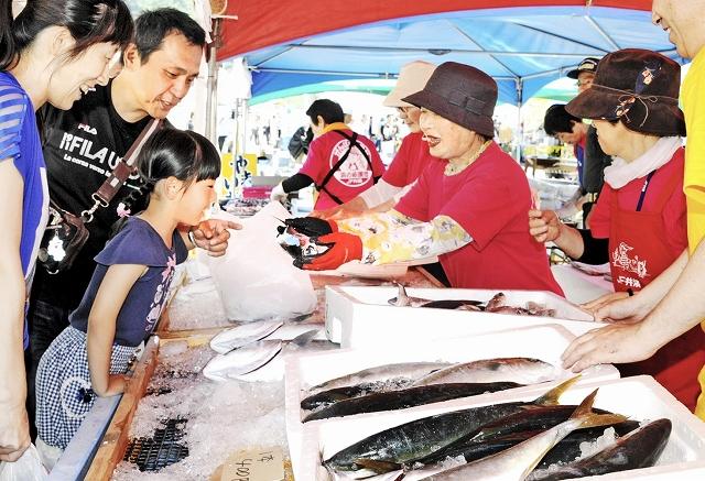 「こしのさかなまつり」で開かれた鮮魚の直売会。11日からは毎月2回、定期開催される=5月28日、福井市茱崎町の茱崎漁港