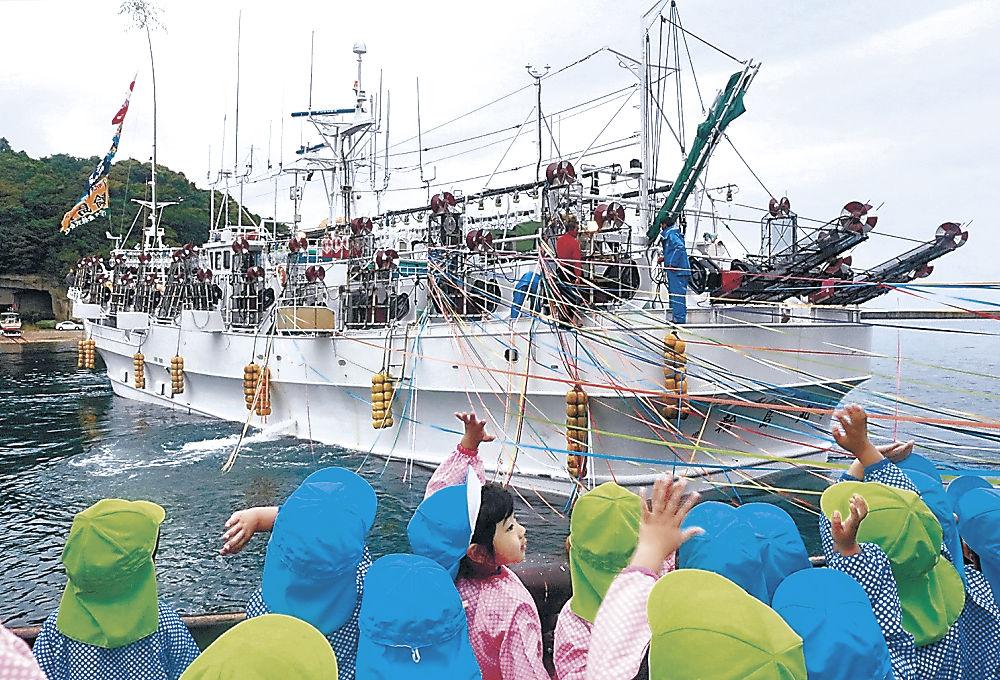 園児や家族に見送られながら出港した漁船=能登町の小木漁港