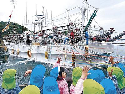 イカ釣り船出港 中型イカ釣り漁船が小木出港