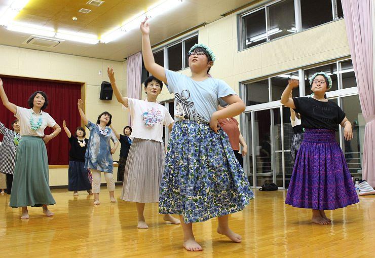 キャンドルナイトで披露するフラダンスの練習をする女性ら=長岡市のよいたコミュニティセンター