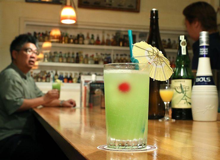 ホタルが舞う清流をイメージしたオリジナルカクテル「ほたるのささやき」=長岡市の「BAR&CAFE UP」