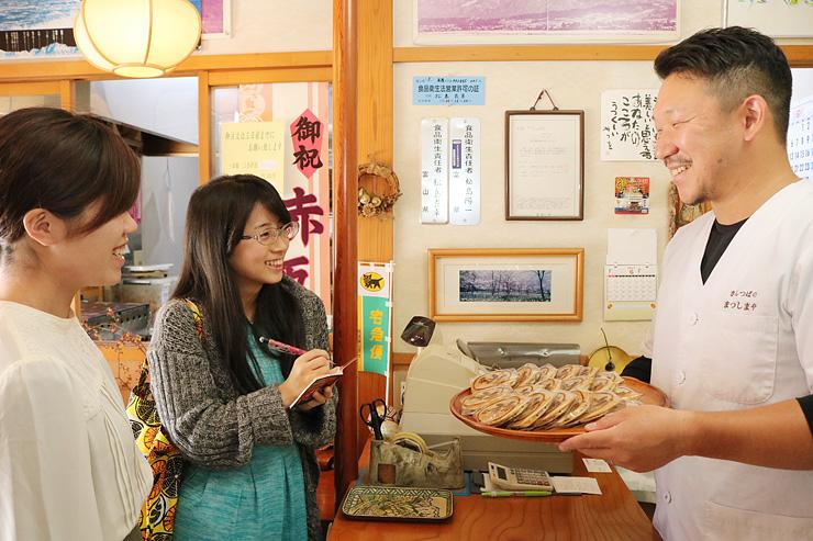 高岡市内の和菓子店を巡ってイベントの準備を進める学生(左)