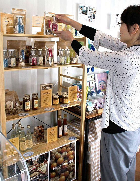 上越妙高駅西口のフルサットカフェに設けられた妙高市産食用ホオズキ商品の販売コーナー=上越市