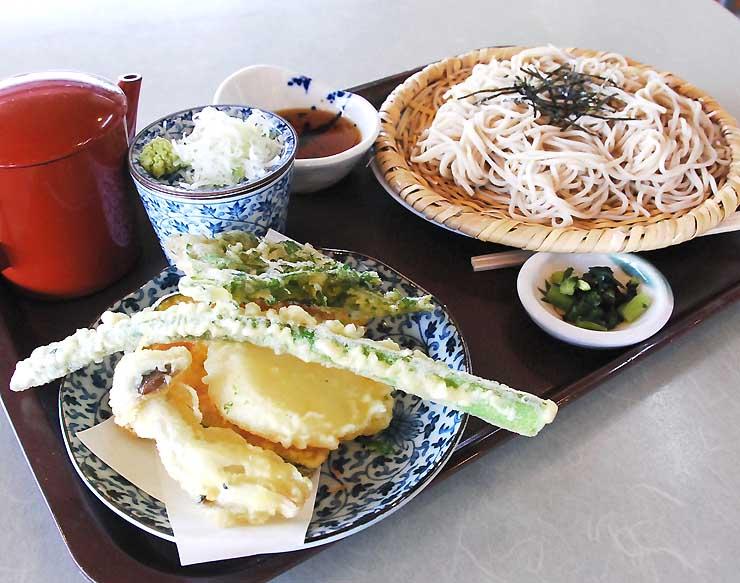 山ノ内町の道の駅「北信州やまのうち」で提供している天ざるそば。アスパラガスの天ぷらが添えられている
