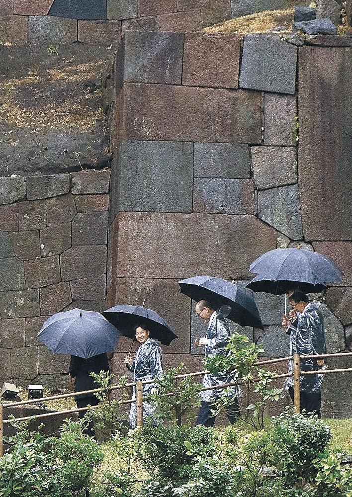 玉泉院丸庭園の石垣を見学される皇太子さま=金沢城公園