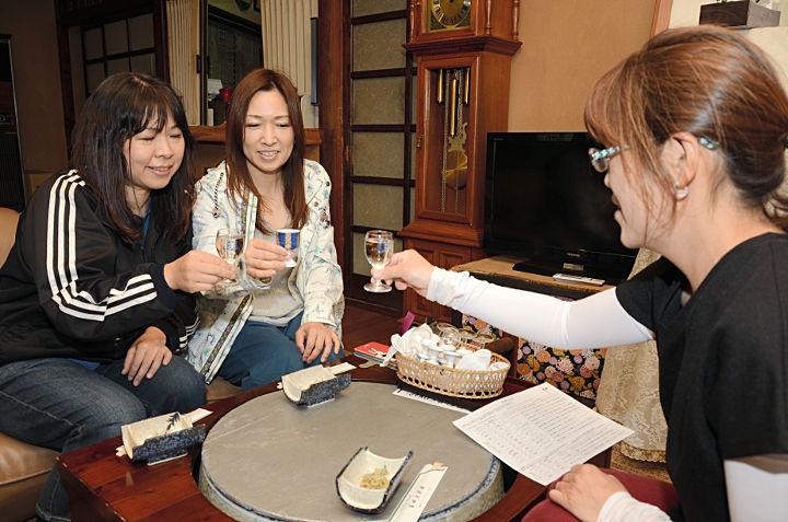 白ワインで乾杯する「ワイン巡り」の参加者