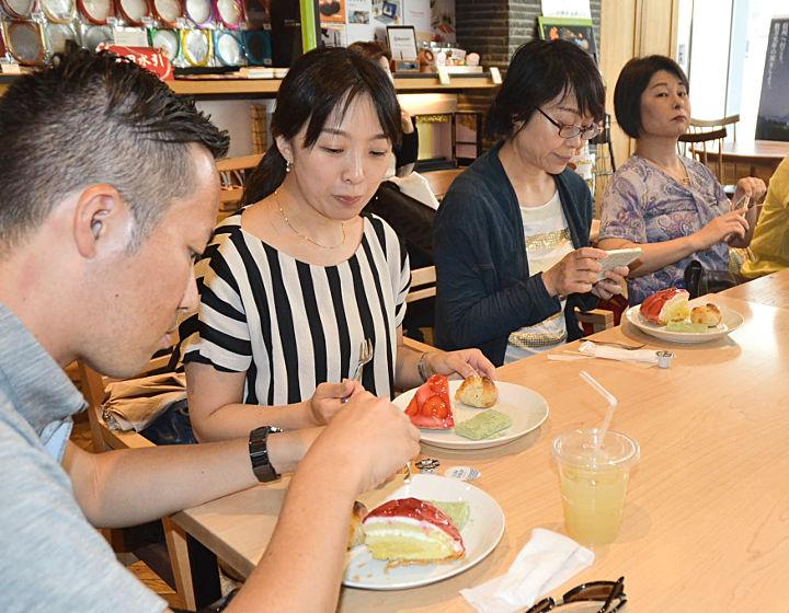 スイーツフェスタでイチゴ入りのクリームパイ、安倍川餅、餅パイのセットを味わう来場者=10日、都内の銀座NAGANO