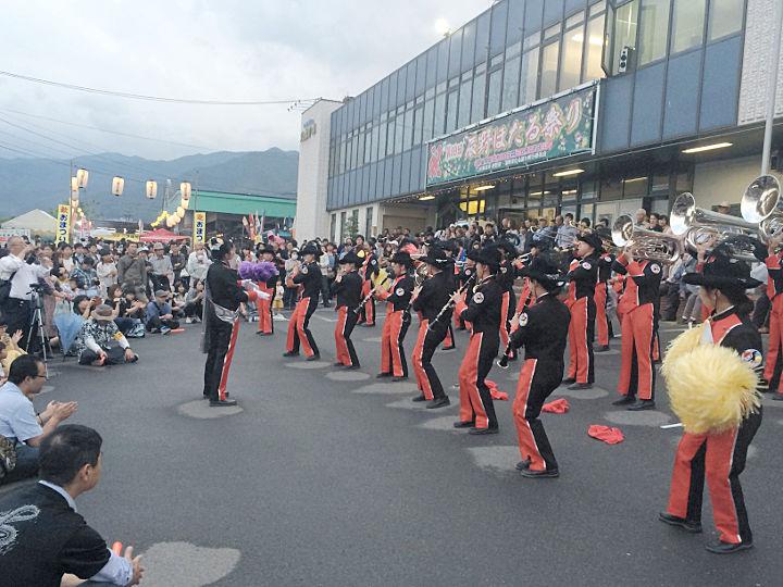 辰野ほたる祭りが開幕し、演奏を披露する辰野中吹奏楽部