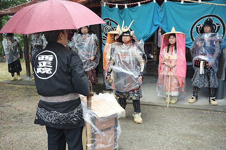 大姥尊座像のレプリカを吉沢さん(手前)に引き渡した佐々成政の武者行列