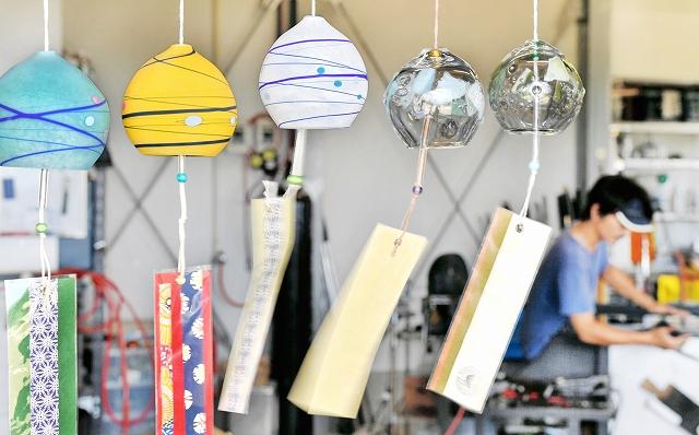 カラフルな色合いで澄んだ音色を響かせるガラスの風鈴=福井市鮎川町