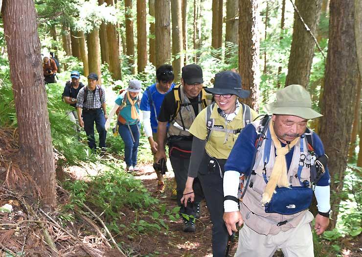 下見のため戸隠古道の山道を登る戸隠登山ガイド組合のガイドら