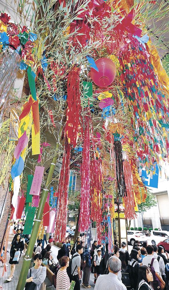 色鮮やかな短冊や吹き流しが取り付けられた七夕飾り=金沢市の香林坊大和前