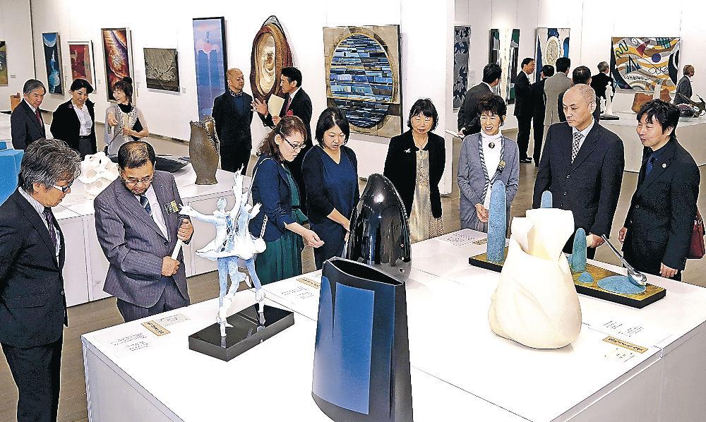 創意あふれる工芸作品に見入る来場者=金沢21世紀美術館
