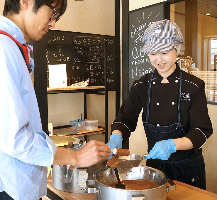 アイスキャンディーにチョコレートを自分で塗って楽しむ体験型の新商品「至高のアイス」(新潟市中央区)
