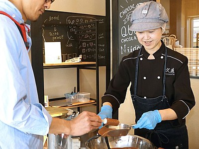 自分で塗って好みのアイス 障害者が製造販売のチョコ店