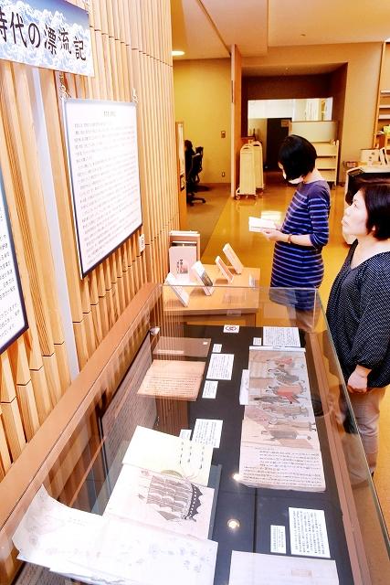 江戸時代の漂流体験をまとめた5冊を並べた展示=越前市中央図書館