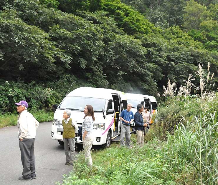 高原シャトル便を降りて、周辺の景色を楽しむ乗客=昨年9月、栄村秋山郷