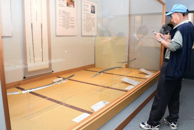 職人が技を競い合って作った刀が並ぶ展覧会