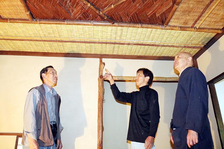 張り替えた天井の出来栄えを確認する(左から)坂口会長、稗苗さん、中平事務局長=国泰寺の茶室「春樹庵」