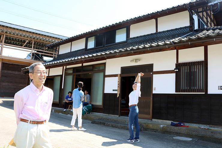 空き家だった古民家をゲストハウスに活用した川向さん(左)=砺波市庄川町金屋