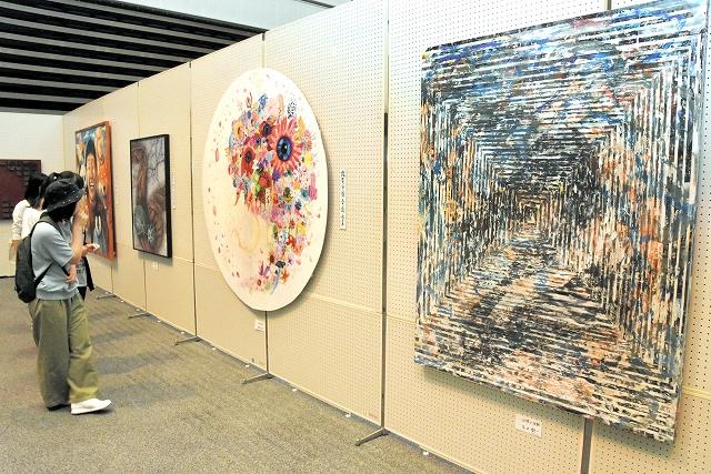 入賞作品など285点の力作が並ぶ第37回敦賀市総合美術展=18日、福井県敦賀市のプラザ萬象