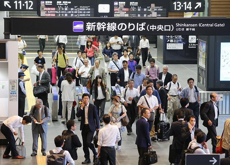 改札口から出てくる北陸新幹線の利用者=富山駅