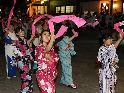 石畳通りに掛け声響く 高岡・御印祭