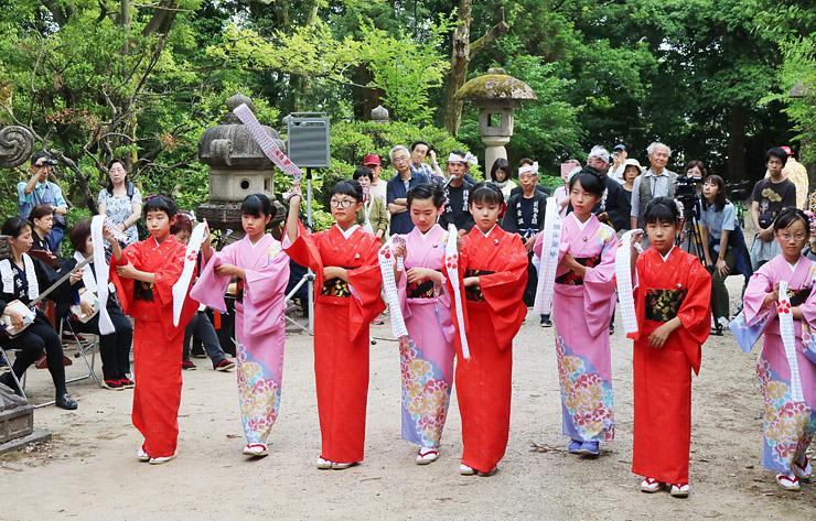 前田利長墓所で奉納踊りを披露する子どもたち
