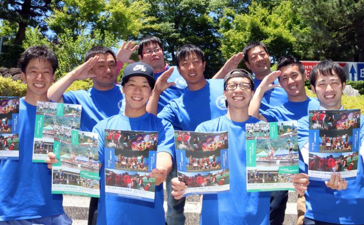 パンフレットを手に、大会をPRする実行委員=庄川水記念公園