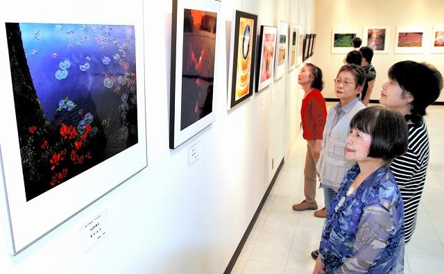 会員らの秀作が並ぶフォトSunSunの20周年記念写真展=20日、福井県鯖江市まなべの館