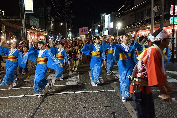 昨年のおまんた祭りの大市民流し。参加者が街路を埋め尽くして踊った=2016年7月30日、糸魚川市