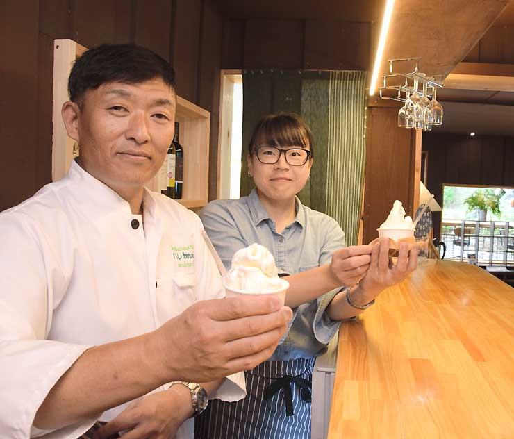店内でジェラートを手にする小林さん(左から2人目)と夫の弘忠さん