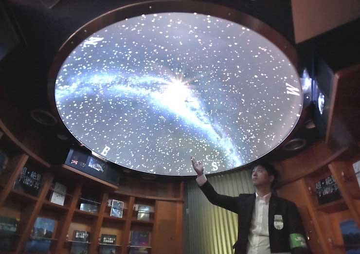 2号車の「ギャラリーHIGH RAIL」ではドーム状の天井に星空の映像が映し出される