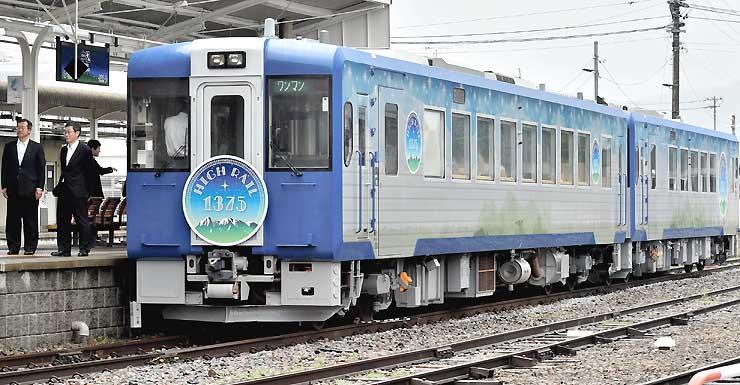 公開されたJR小海線の観光列車「HIGH RAIL 1375」。車体は星空や八ケ岳をイメージして装飾した