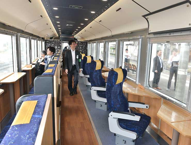窓に向かって座席が設置された1号車の車内。シングルシート(右側)は斜めに並んでいる