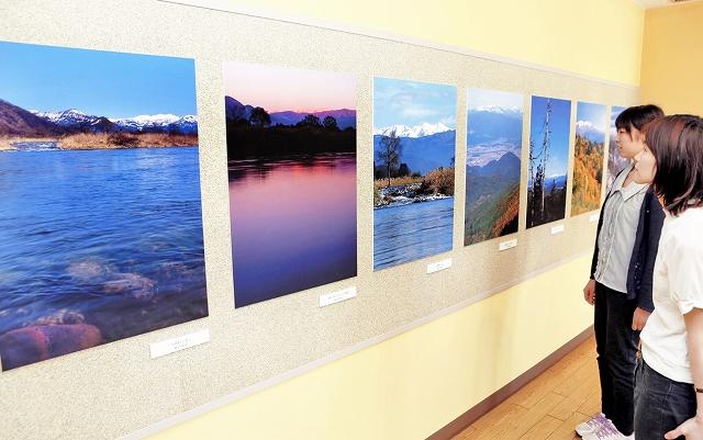 福井県内各地から望む白山の写真パネルなどが並ぶ企画展=福井市の県立こども歴史文化館