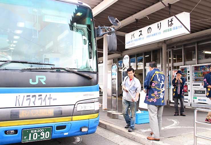 JR伊那市駅前で「パノラマライナー」に乗り込む人たち=昨年7月