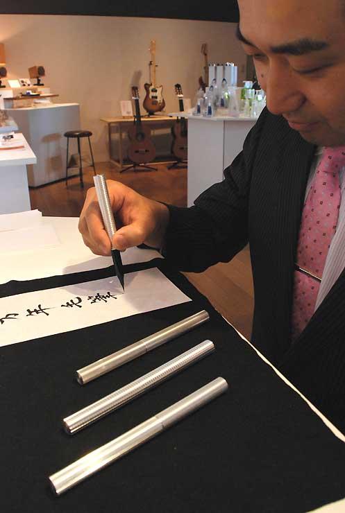 工場見学をきっかけに商品化された万年毛筆。高級感あふれる外観だ