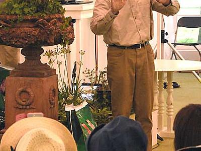 英国人園芸家、寄せ植え実演 茅野でフラワーショー