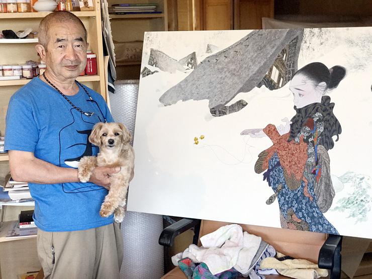 五箇山がモデルの新作「永久への言葉」の傍らに立つ中島さん。9月に県水墨美術館で開く個展で披露する=静岡県熱海市のアトリエ