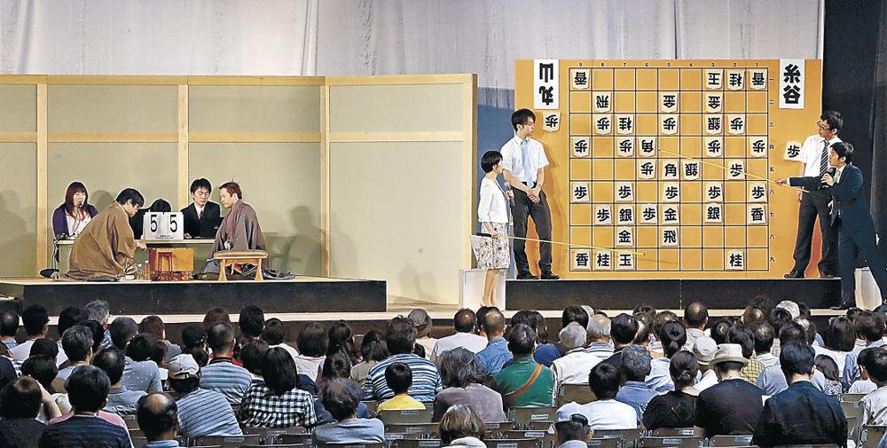 大勢の来場者が見守る中、プロ棋士が熱戦を繰り広げたJTプロ公式戦=金沢市の県産業展示館3号館