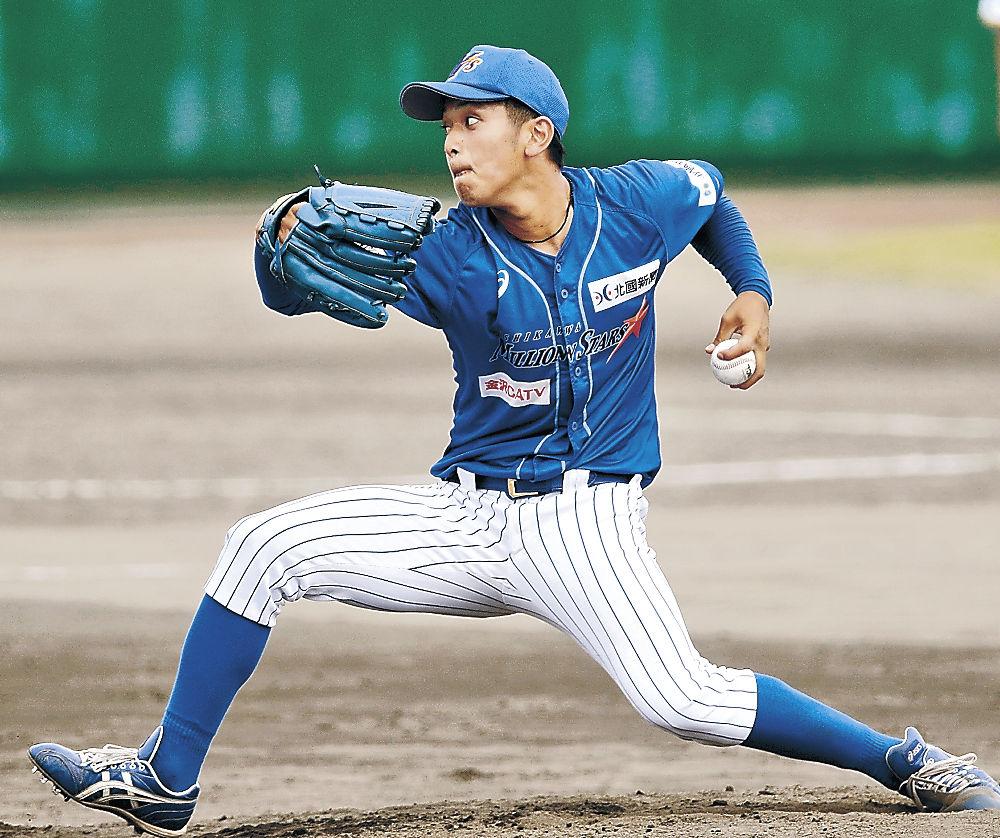 3番手で登板、2回無失点に抑えた石川の岩本=金沢市の県立野球場