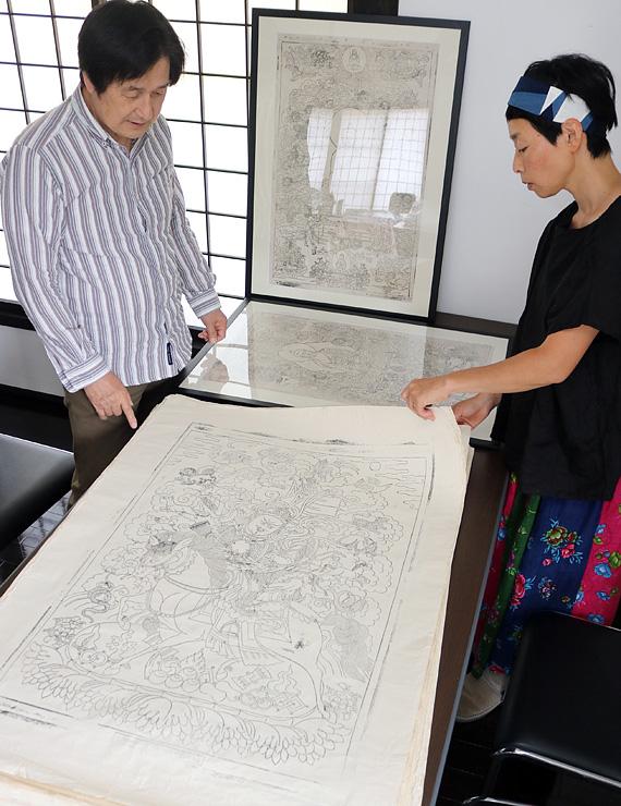 収蔵する木版仏画の状態を確認する浦辻館長(左)ら職員=瞑想の郷